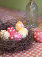 Лесни яйца за Великден направени със стикери на точки и звездички