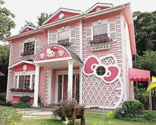 "Strange ""Hello Kitty House"" design"