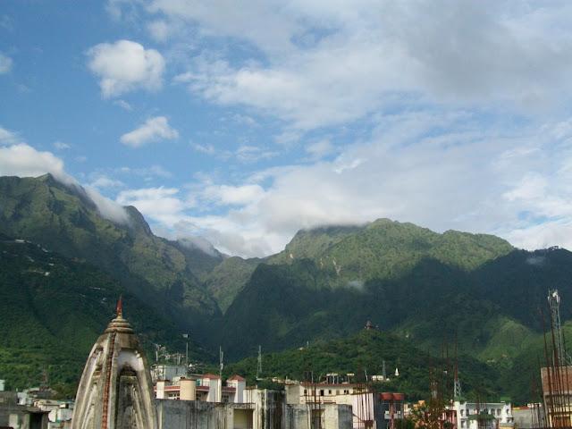 होटल की छत से त्रिकुटा पर्वत का मोहक दृश्य