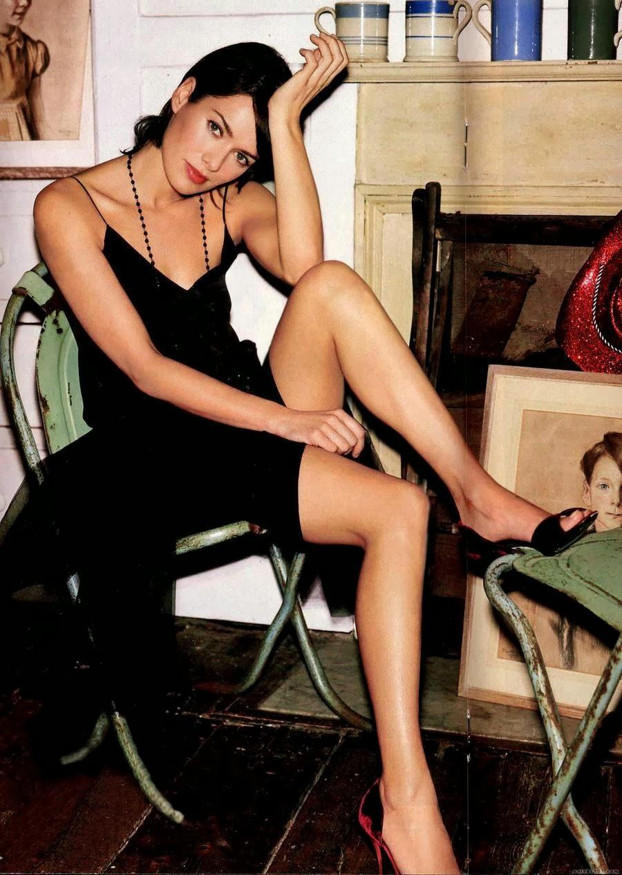Sexy celeb Lena Headey has nice legs