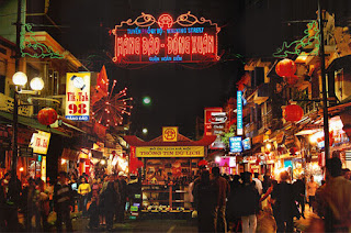 Discovering night market in Ha Noi Old Quarter 1