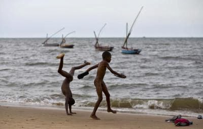MOZAMBQIUE-CHILDREN-BEACH-LEISURE