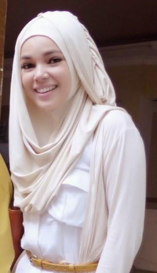 cara memakai jilbab dewi sandra