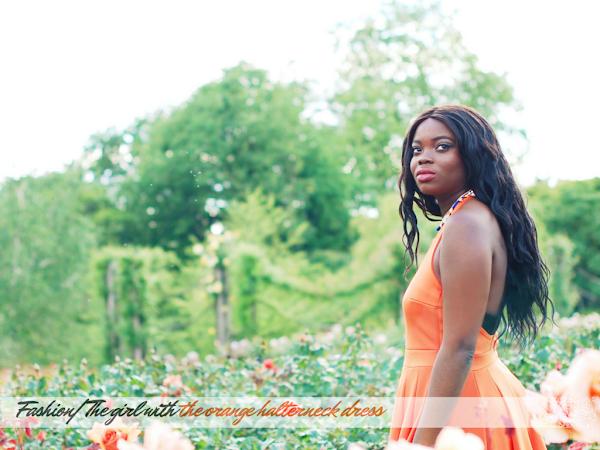 时尚霍尔特纳克橙连衣裙特色的牛仔和珠宝街的女孩