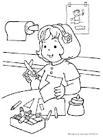 Annisa Sedang Menggunting Kertas Warna