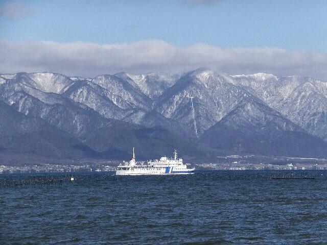 白雪の比良の山々と白い大きな遊覧船が走っていた。