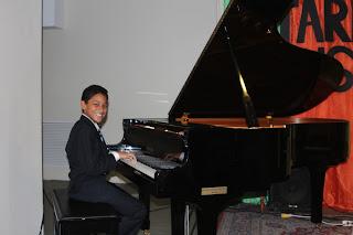Samuel durante el recital de las clases de piano