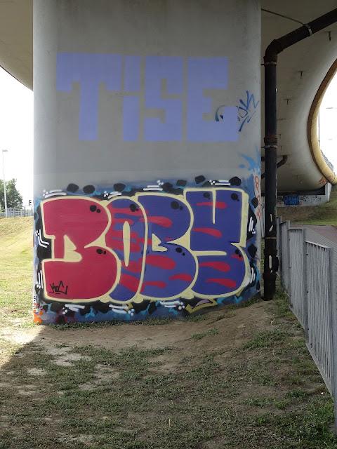Graffiti Trasy Siekierkowskiej na podporach estakady