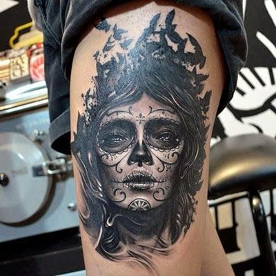 Mulher caveira mexicana em tons de cinza na perna