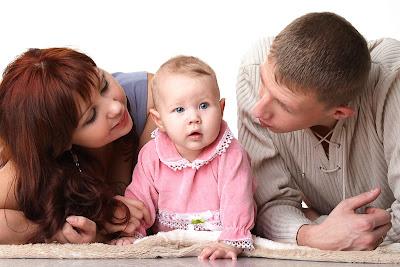 γονείς μιλούν στα μωρά