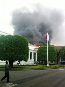 Kebakaran Kantor Setneg tampak samping.