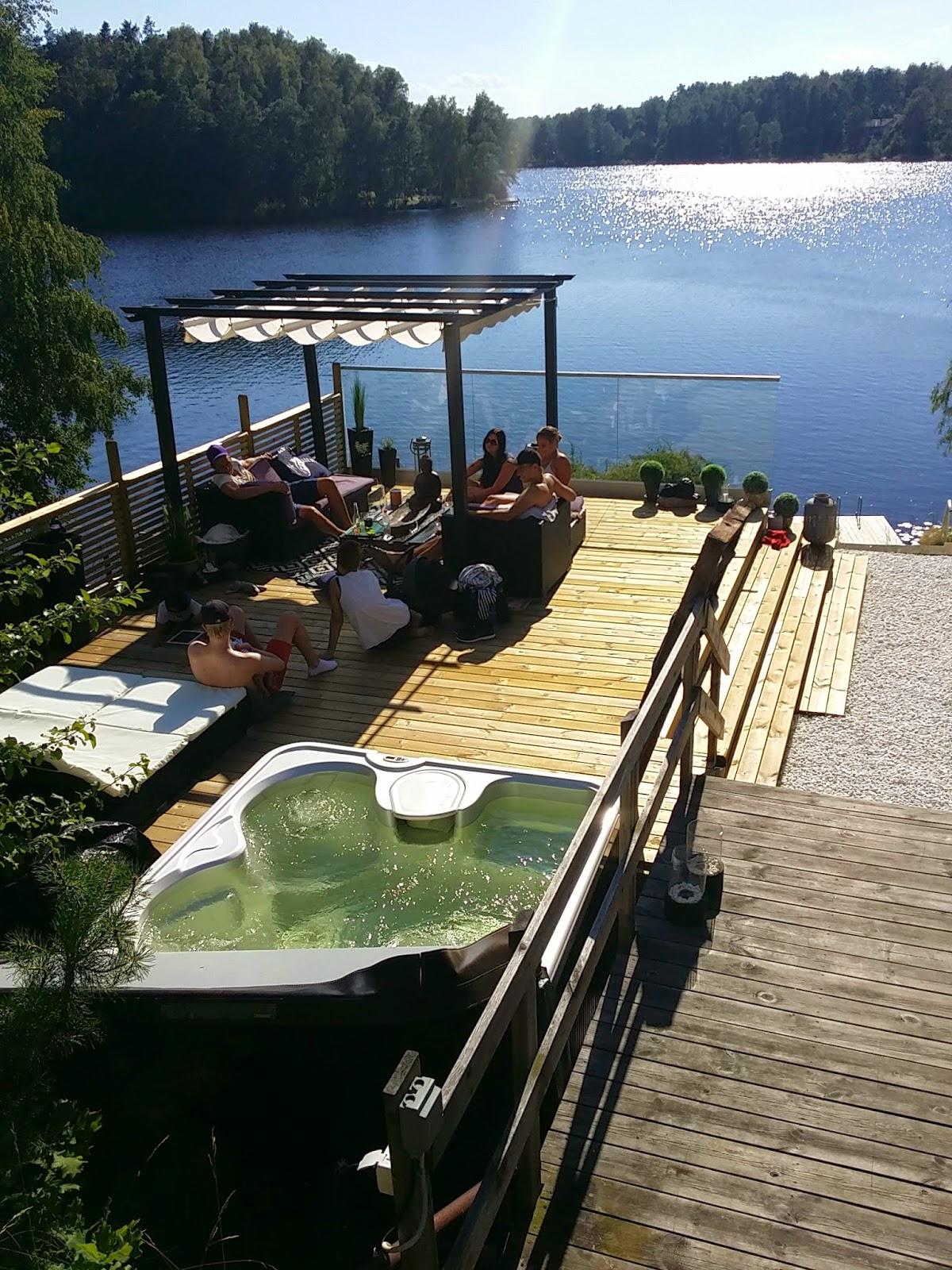 A house by a lake: bildbomb   vår altan