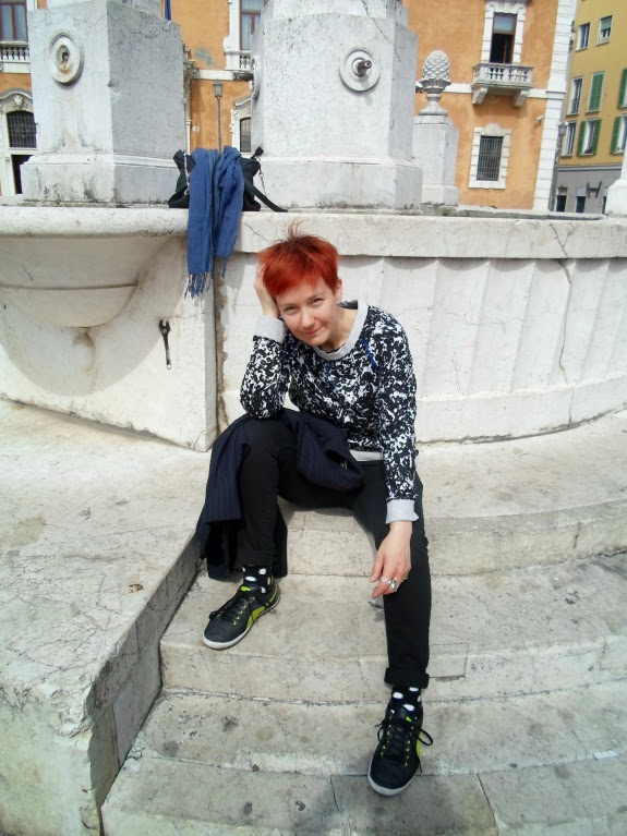 white & black splash pattern top, black skinny jeans, polka dot socks, sneakers and an old fountain | Back in the City