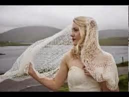 Een bruid met gebreide stola.
