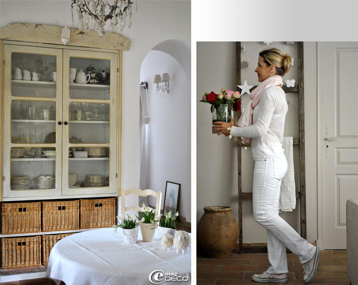 Une vieille planche patinée sert de fronton à une étagère dans le salon d'Anny du Blog Douce Étoile