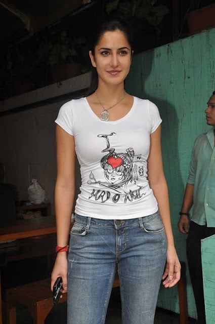 KATRINA KAIF JEANS & T-SHIRT SALON LOOK MERE BROTHER KI DULHAN