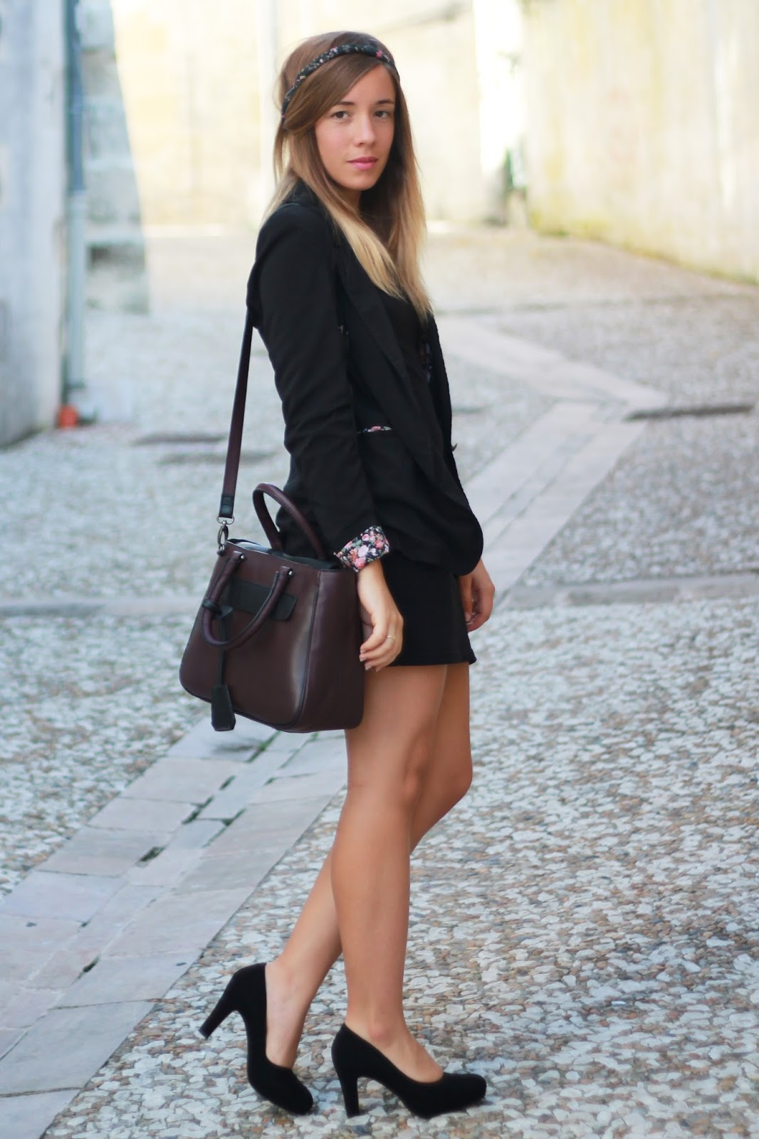 Tenue de working girl Sac en cuir Clarks Sac à main bourgogne Escarpins noirs Clarks