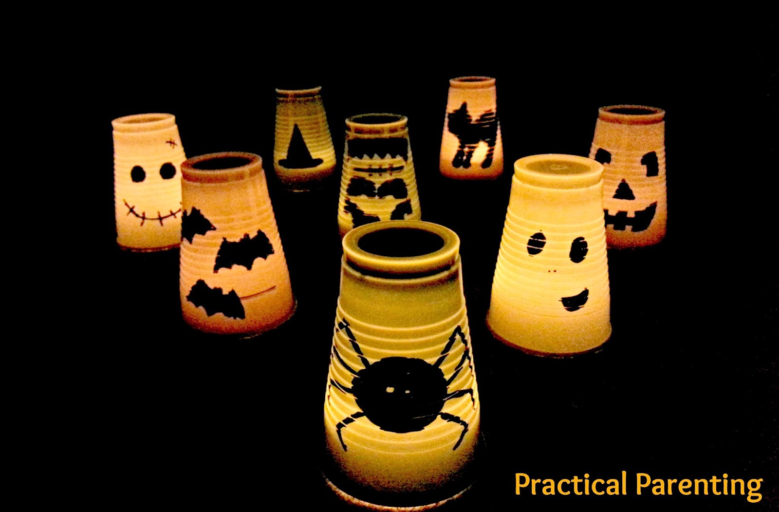 Fabriquer des lanternes d'Halloween avec des verres de plastique