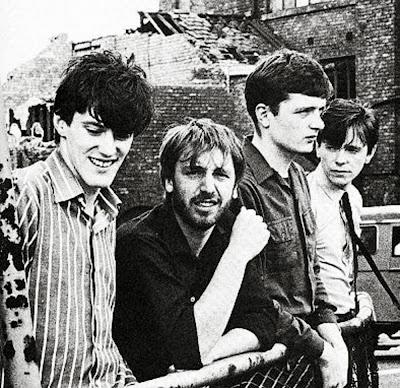 De izquierda a derecha, Stephen Morris, Peter Hook, Ian Curtis y Bernard Sumner, en algún lugar del siglo XX.