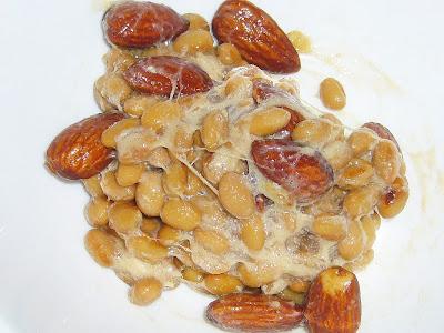 納豆にカリフォルニア産アーモンド