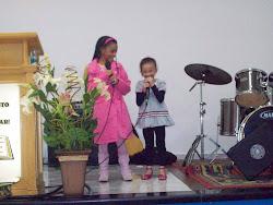 Thamires e Thaís louvando a Deus