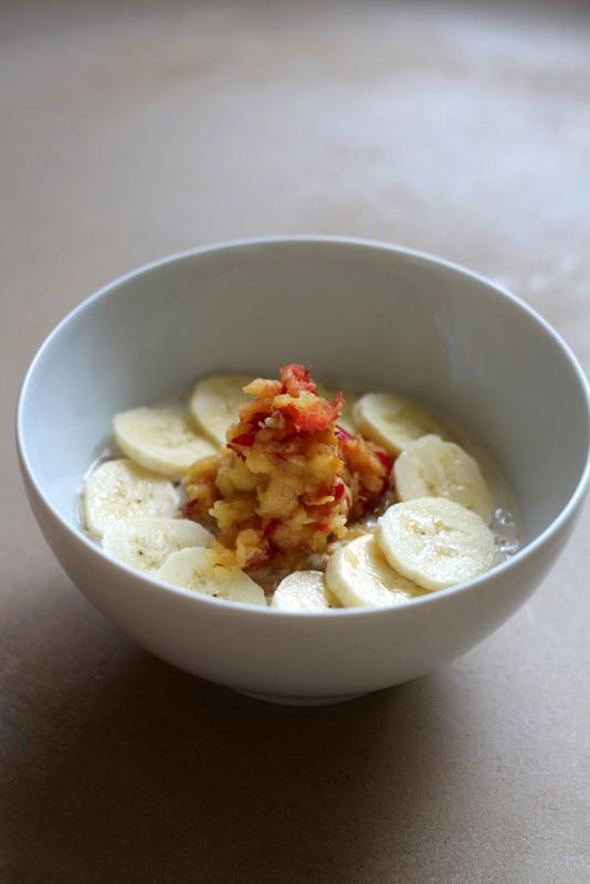 Müsli mit Mandelmilch, Banane und geraffeltem Apfel