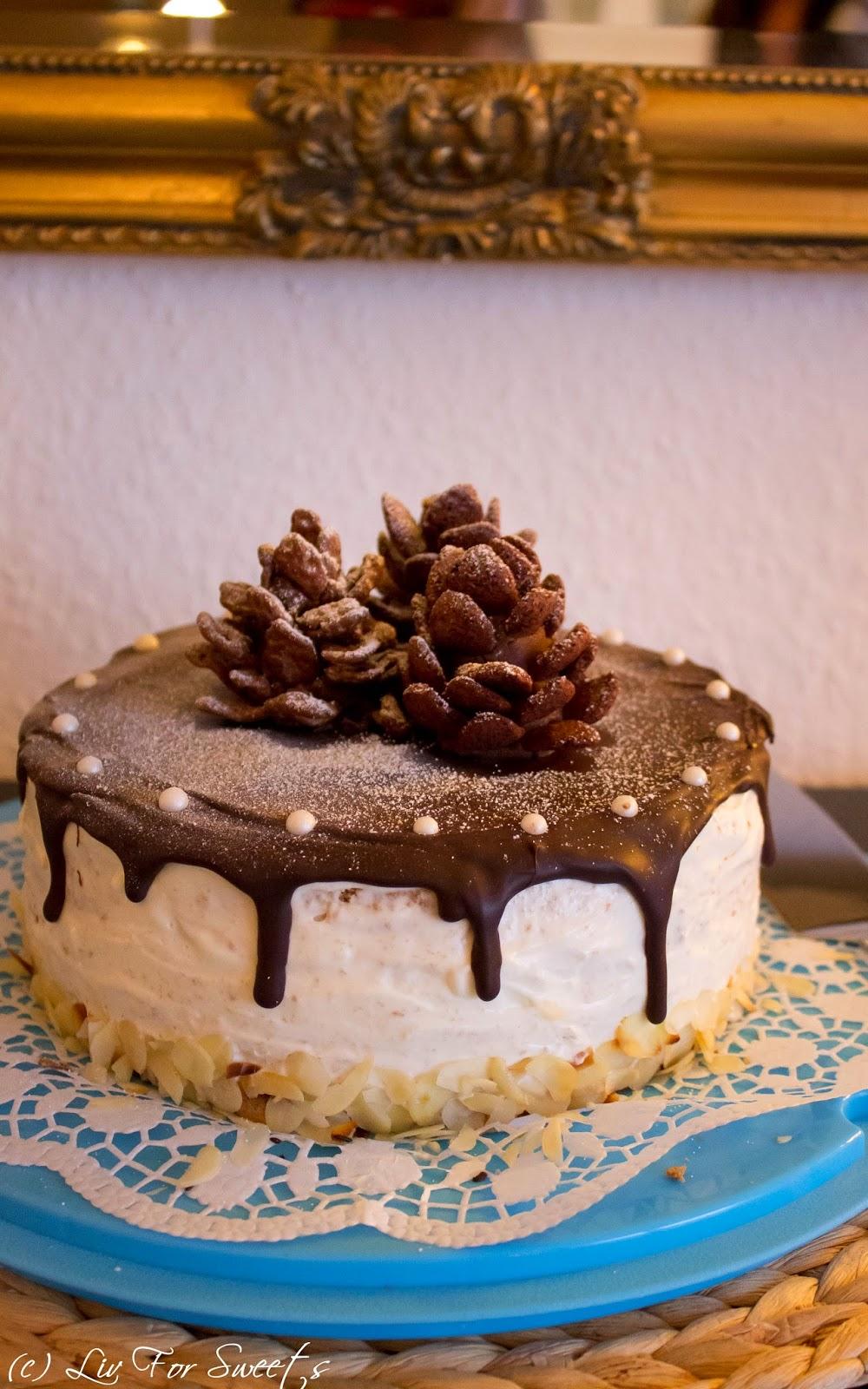 Zimtbiskuit Apfelkonfitüre und Frischkäse-Sahne-Creme mit Schokolade und Mandeln, Tannenzapfen aus Schokoladenkuchen und Cornflakes, Winter, Weihnachten, Torte, Rezept auch für den Thermomix