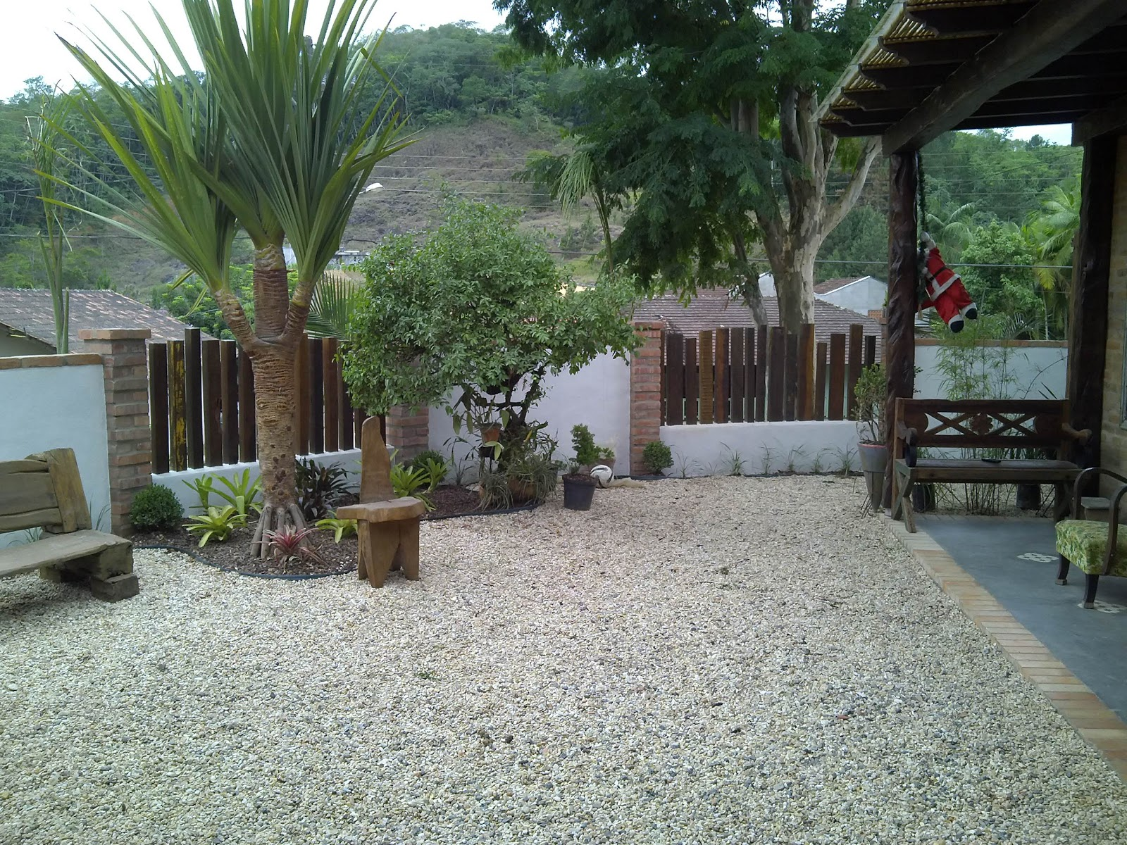Jardim com muro bancos pergolado tudo em madeira de demolição. #606C49 1600x1200