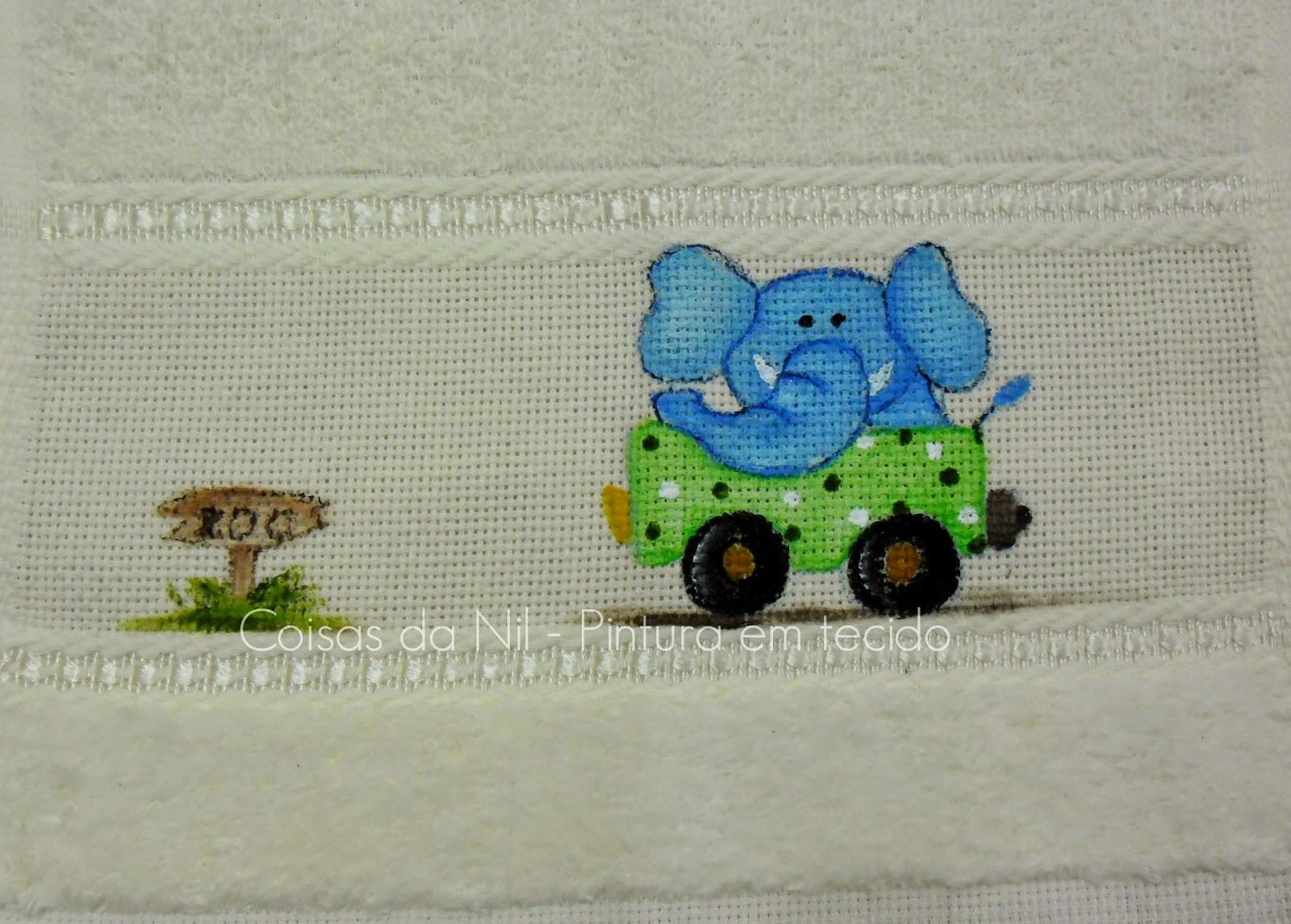 toalha de boca com pintura de elefante num carrinho