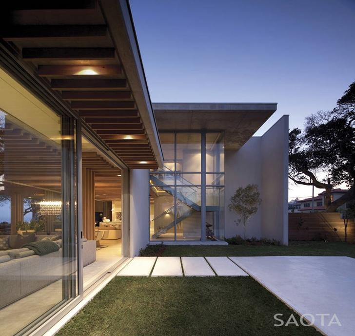 Backyard facade of African modern villa in Durban by SAOTA