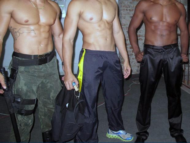 Homens participam de concurso para eleger o abdômen mais tanquinho (Foto: Tássia Thum)