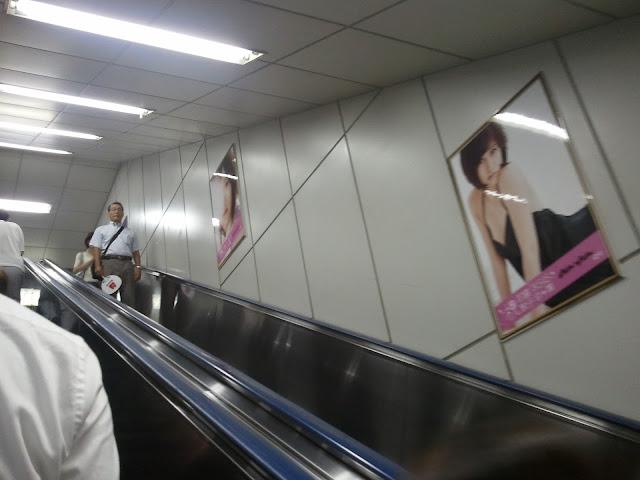 8月27日AKB48前田敦子あっちゃんの卒業式の日JR秋葉原駅中エスカレーターの広告物ポスターその1