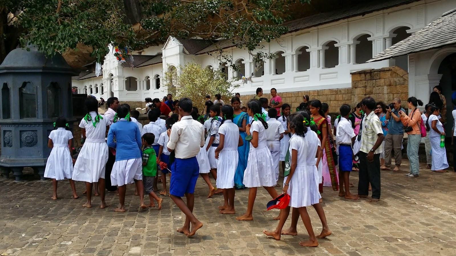 Niñas de un colegio de excursión en las cuevas de Dambulla (Sri Lanka)