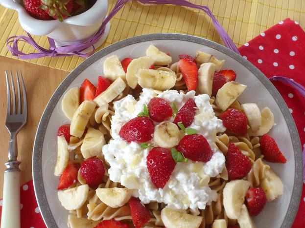 Makaron z serkiem i owocami