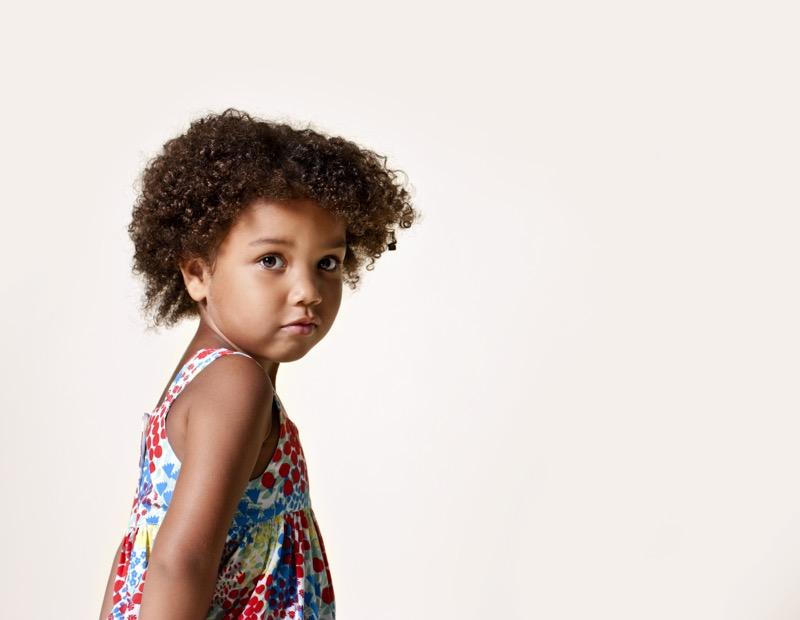 Kaunis kiharatukkainen lapsi