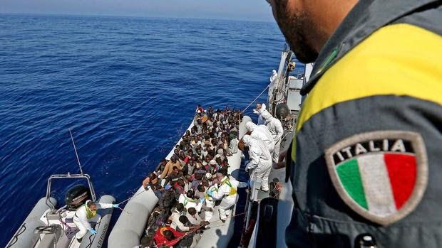 πρόσφυγες περισυλέγονται από την Ιταλική Ακτοφυλακή.