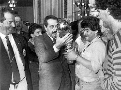 Raul Alfonsin junto a Diego Maradona