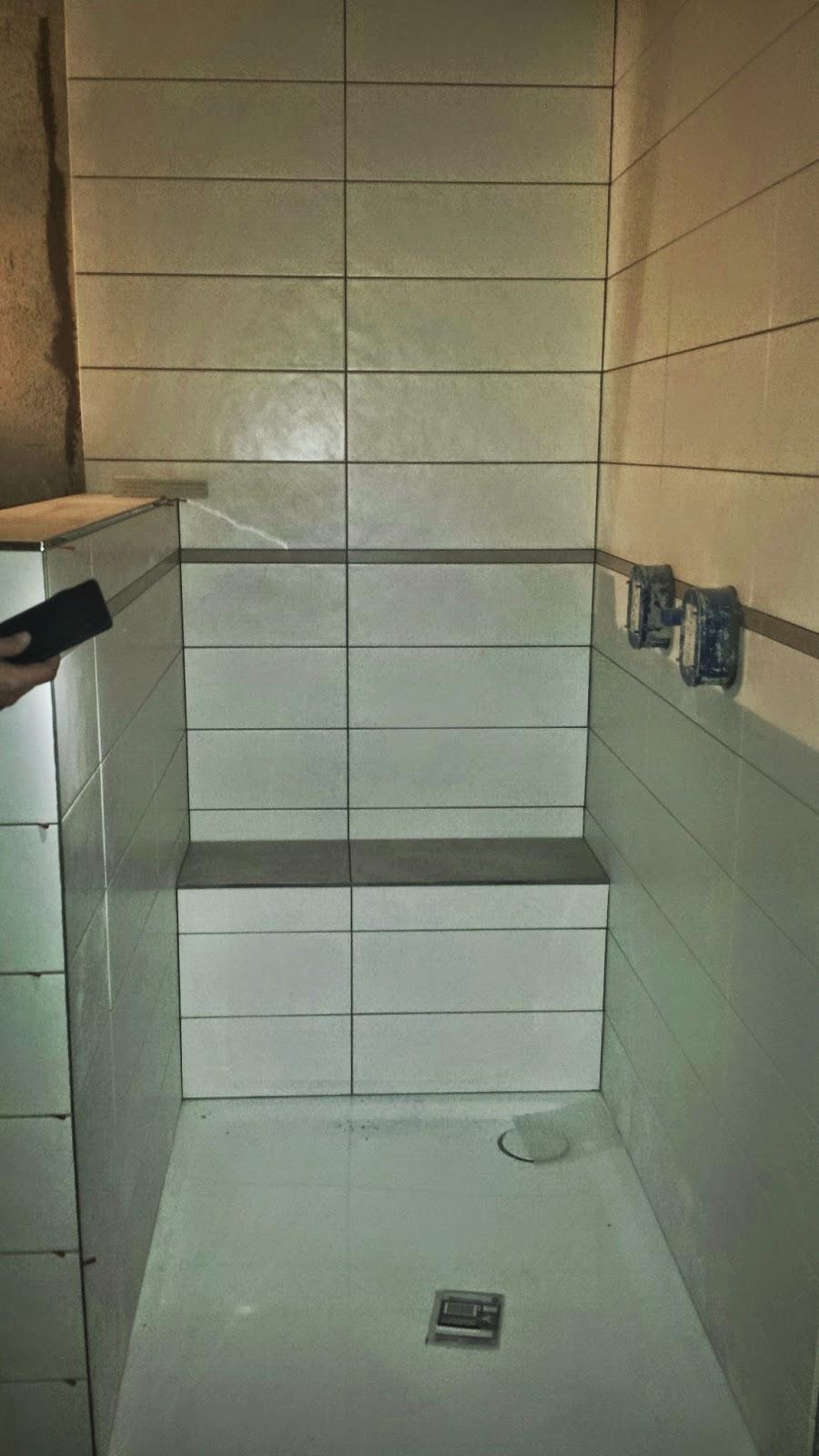 unser architektenhaus in ak waschtisch und sitzbank fliesen. Black Bedroom Furniture Sets. Home Design Ideas