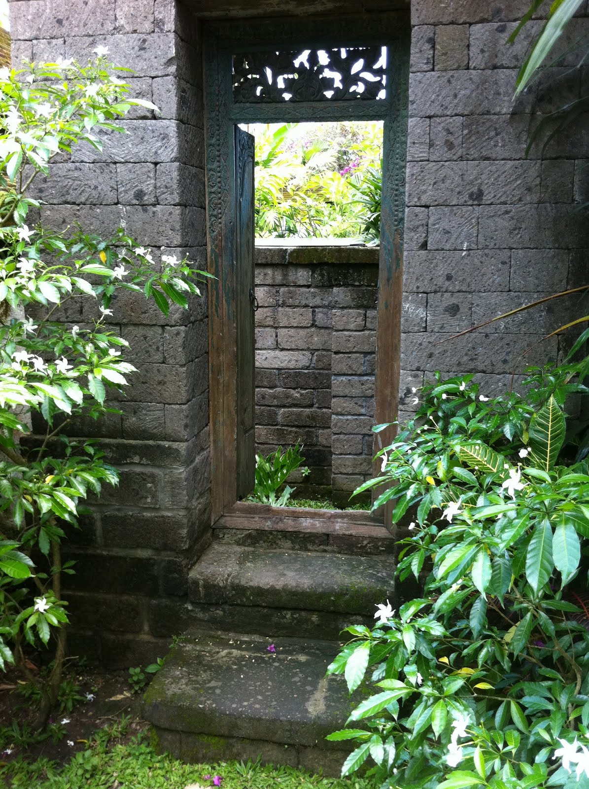 Balinese garden home decoration tips for Bali garden designs