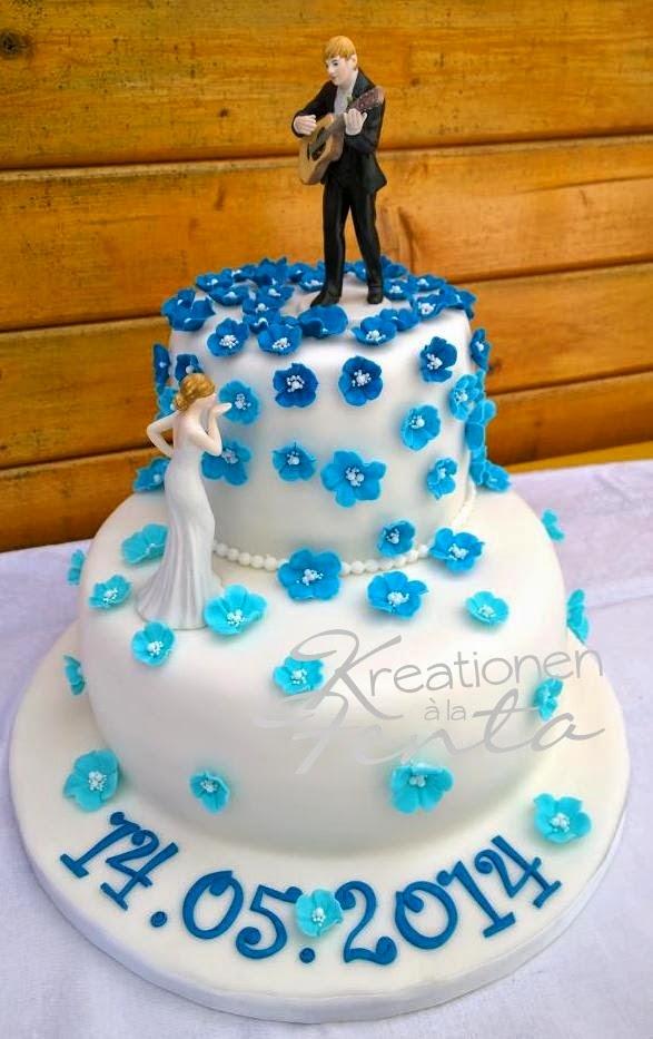 Es wurde eine weiße Torte mit blauen Blüten gewünscht