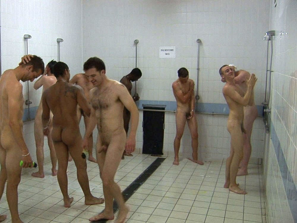 Hombres desnudos en vestuarios