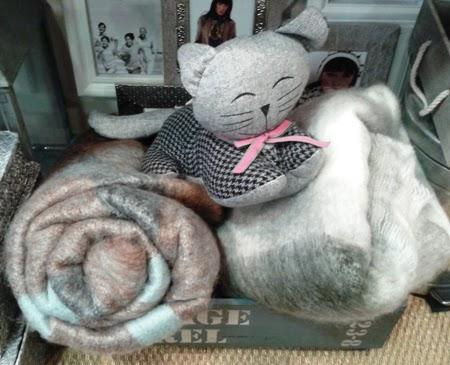 Mantas de viaje de cuadros y gato sujeta-puertas