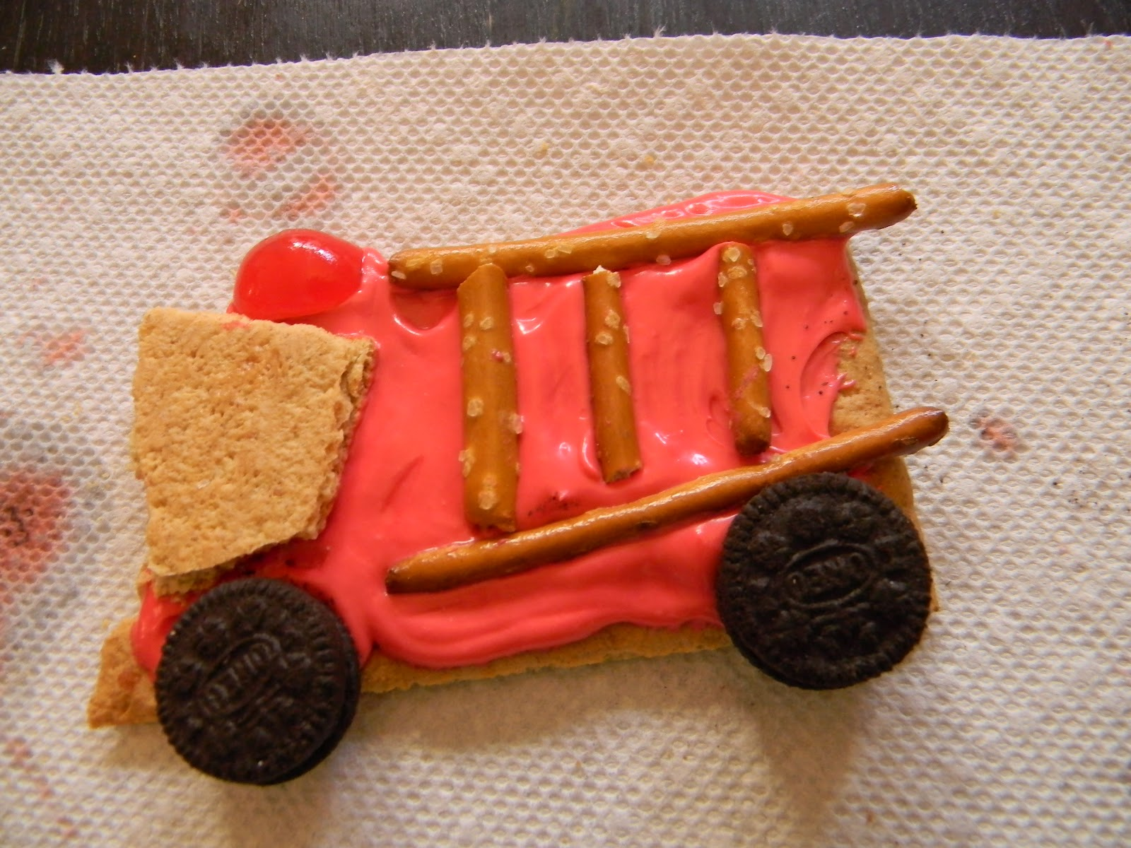 Fire Truck Graham Cracker Snack http://www.findingtheteachablemoments.com/2012/05/f-is-for-fire.html