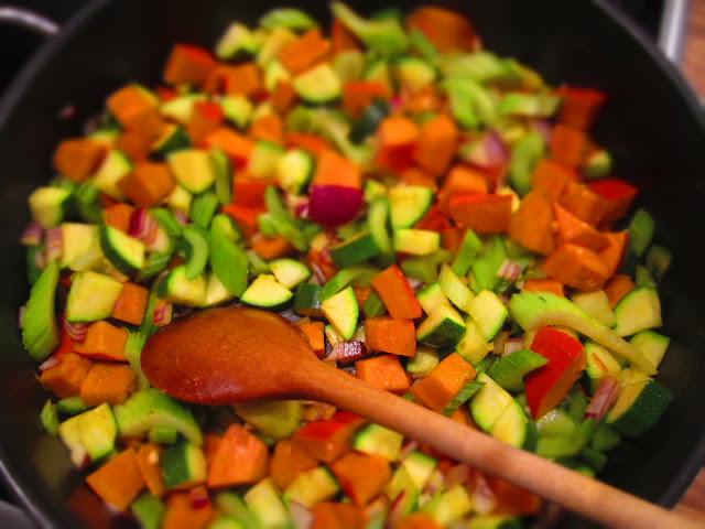 Gemüse in der Pfanne mit Kochlöffel