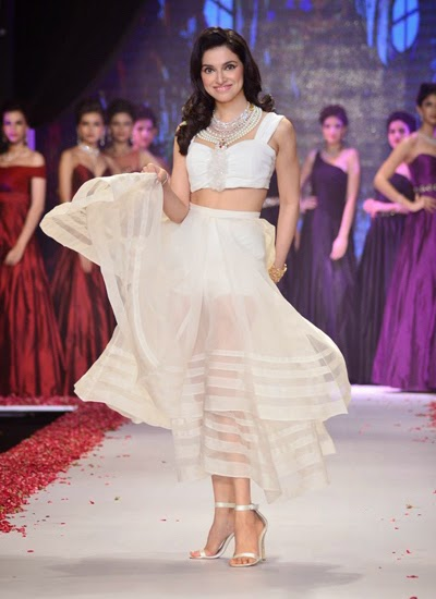 Divya Khosla Kumar walk on ramp at IIJW 2014