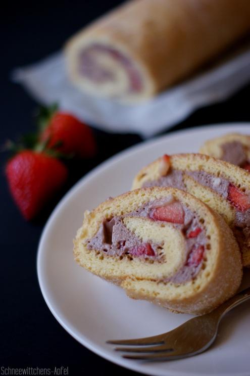 Biskuitrolle mit Schoko-Erdbeer-Füllung