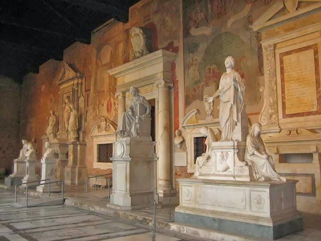 Interior de El Camposanto en Pisa, Italia