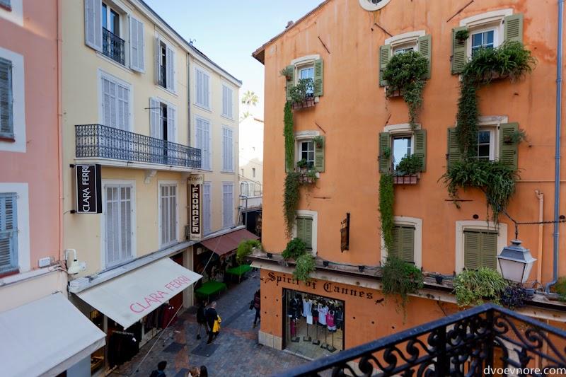 Вид из окна квартиры в центре Старого города Канны, Лазурный берег, Франция. View from apartment in Old Town Cannes, Cote d'Azur, France