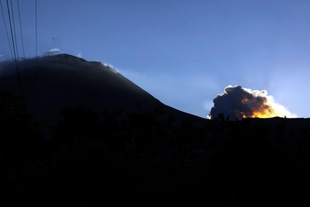 http://2.bp.blogspot.com/-tMOtlYOa2uA/Tip961bSniI/AAAAAAAAHM8/VazoyTFxfO8/s1600/indonesia-volcano-150711-06_051711.jpg