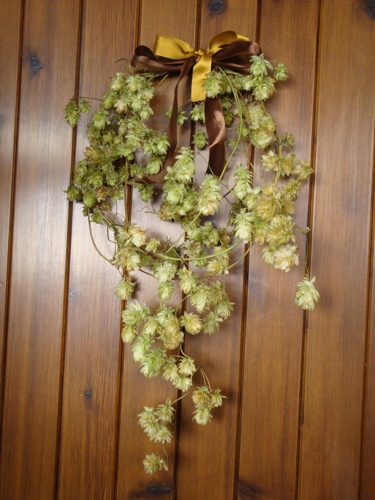 Una ghirlanda di luppolo foto diario di una giardiniera for Decorazioni porta ingresso